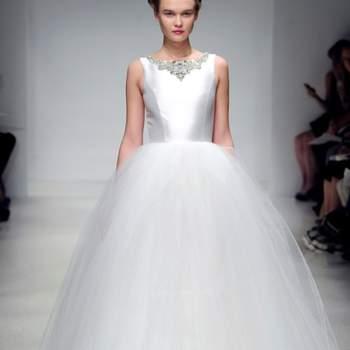 Robe de mariée Amsale Automne 2012. Coupe princesse et décolleté bâteau donnent à ce modèle beaucoup d'élégance. Source : Amsale