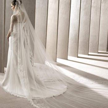 """<a href=""""http://zankyou.9nl.de/kijg"""">Pide tu cita aquí para probarte la nueva Colección 2015 de Pronovias.</a> Velo estilo catedral con un delicado bordado en encaje."""