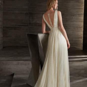Vestido de novia color marfil  sin mangas con escote en V tanto por delante como por detrás.