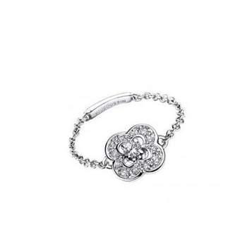 Bague or blanc (1.47grs), diamants sur chaîne (0.06ct), pavage diamants (0.07ct) Source : mauboussin.fr