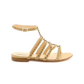 Sandalen mit Nieten für eine Hochzeit am Strand