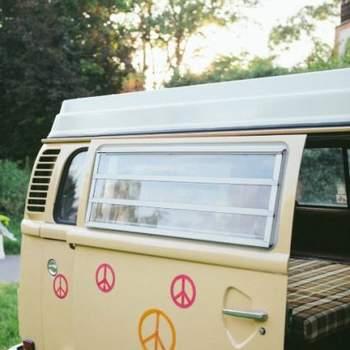 Furgoneta hippie de estilo años 60.
