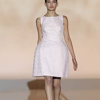"""Vestido corto en tejido troquelado de color rosa pálido. Foto: Barcelona Bridal Week.  Descubre la <a href=""""http://zankyou.9nl.de/tn3n"""" target=""""_blank"""">Colección 2015 de Rosa Clará aquí</a>"""