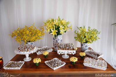 Como decorar a mesa de doces para um casamento em casa