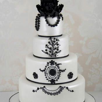 Se reproducen los bordados del vestido con Royal Icing y coronando la tarta una gran peonía y joyas de azúcar negro.
