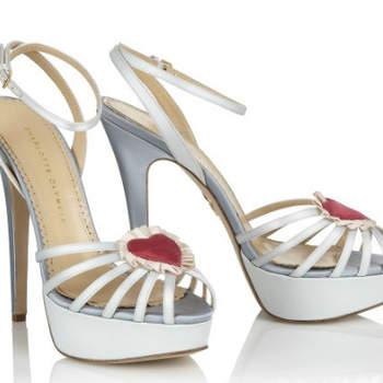 Modelos muito modernos, ousados, divertidos e coloridos. Ou brancos. Mas sempre com um toque 'fora da box'. São assim os sapatos de noiva by Chalotte Olympia.