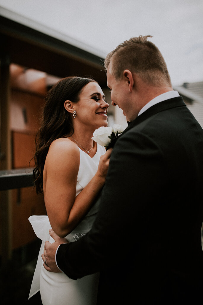 casal de noivos sorridentes