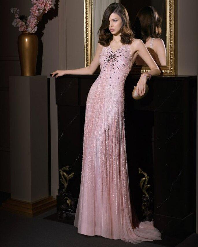 Vestido de fiesta 2014 en color rosa con aplicaciones de pedrería y cauda barrida - Foto Aire Barcelona
