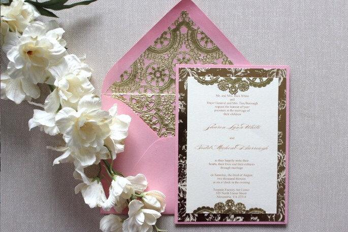 Invitaciones de boda vintage en dorado y rosa de Alexandria Lindo - Foto vía www.estsy.com