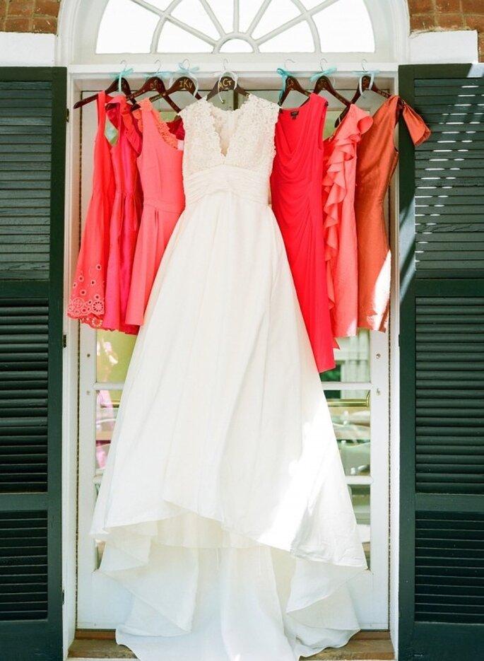Elige una gama de colores intensos para los vestidos de tus damas - Foto Jodi Miller Photography