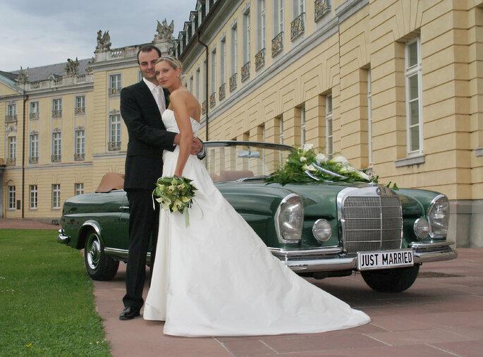 Brautpaar und Oldtimer. Foto: K&K Oltimer Vermietung