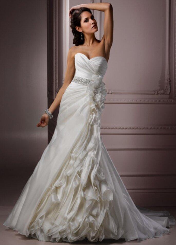 La cintura gioiello impreziosisce ancora di più questo abito stile sirena della Collezione 2012 di Maggie Sottero