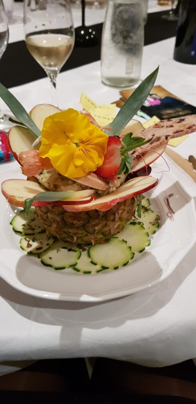 Ananas aux crevettes superbement décoré pour un fabuleux dîner de mariage