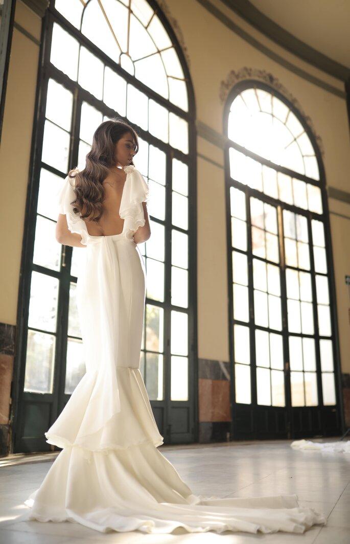 Vestido de novia con corte de sirena, espalda abierta y cola de tul en capas