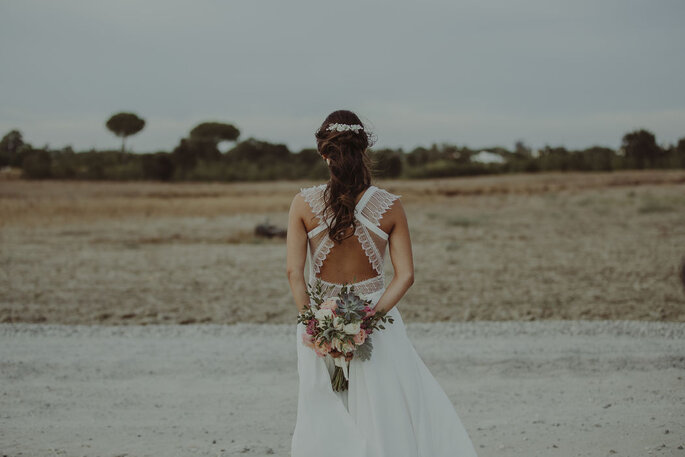 Noiva de costas, vestido de noiva com decote trabalhado nas costas