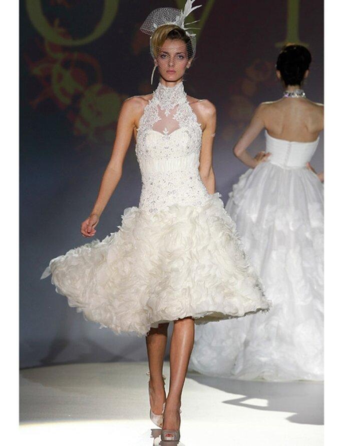 Seide, Spitze und Tüll dominieren dieses kurze Brautkleid von Novia d'Art aus der Kollektion 2012