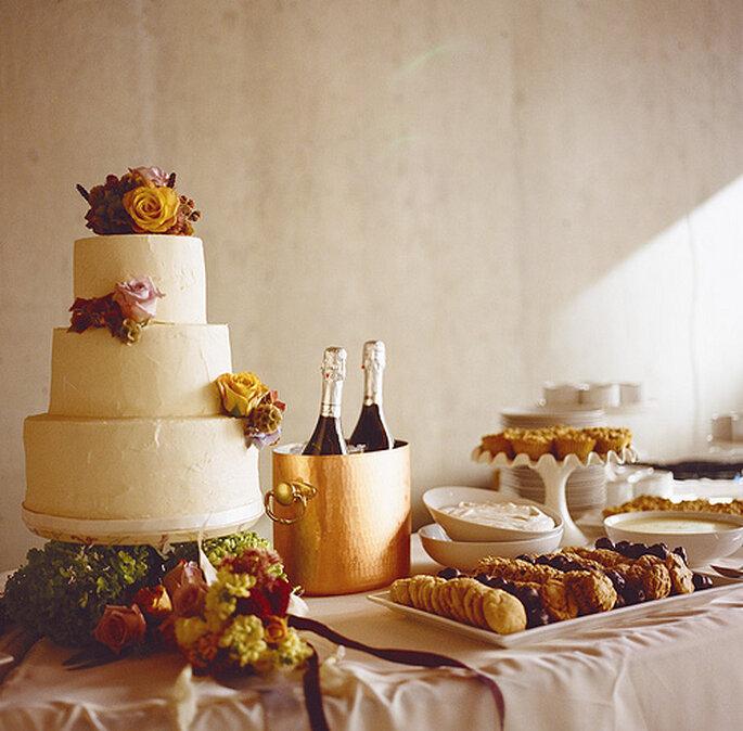 Ponqué sencillo decorado con flores para una boda rústica. Foto: One Love Photo