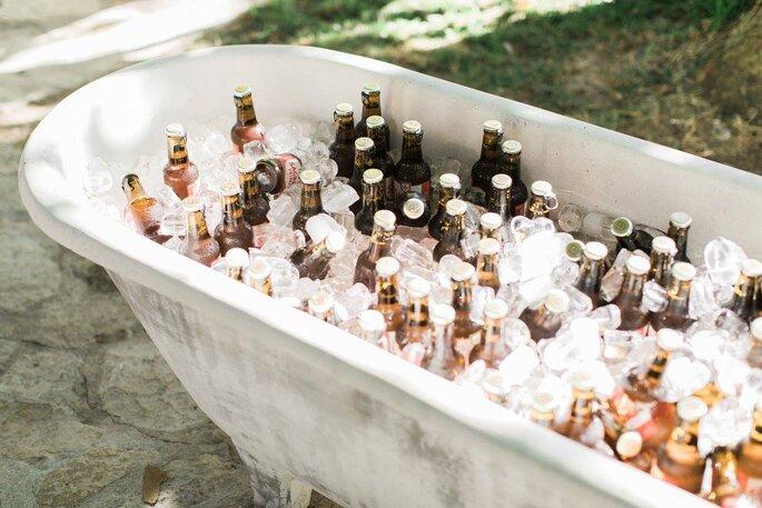 banheira cheia de cervejas bebidas com gelo casamento