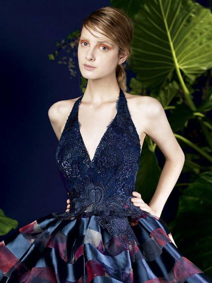 Vestido de fiesta con cuello halter, top texturizado y falda con estampado - Foto YolanCris