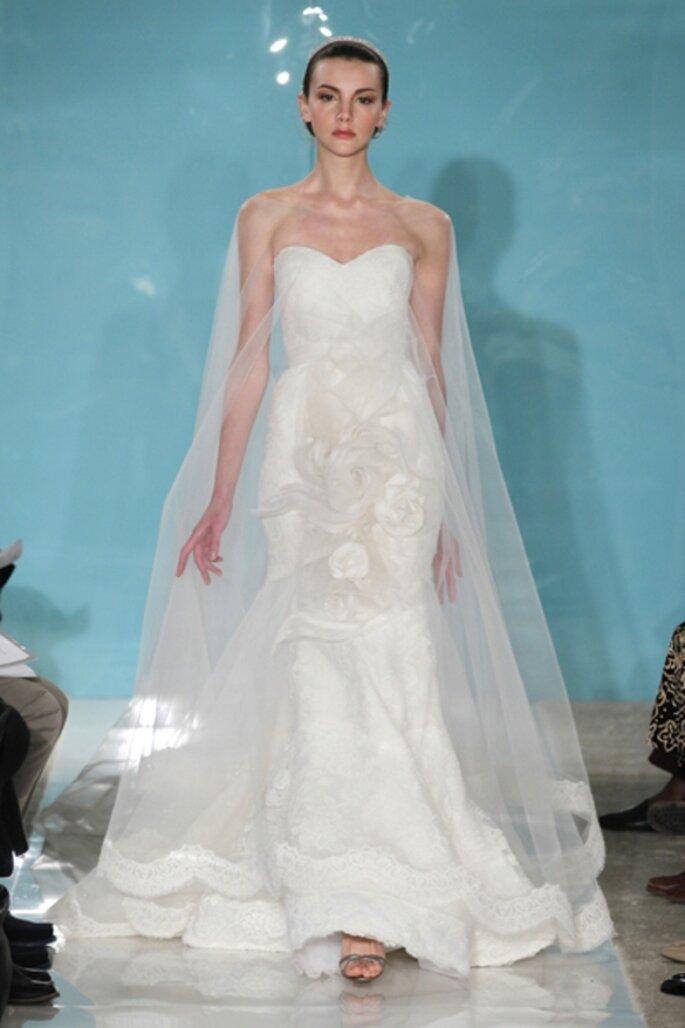 Vestido de novia strapless con el velo a los hombros lleno de flores - Foto Reem Acra 2013