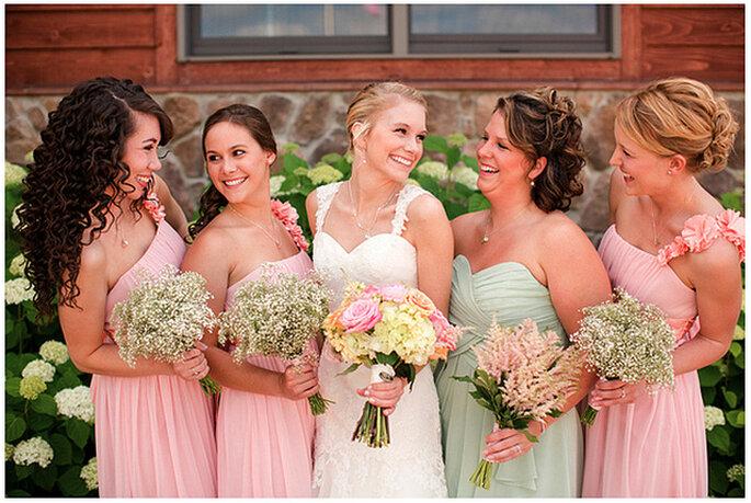 Para los ramos de las damasde honor puedes usar diferentes tipos de flores en tonos suaves. Foto: Katelyn James