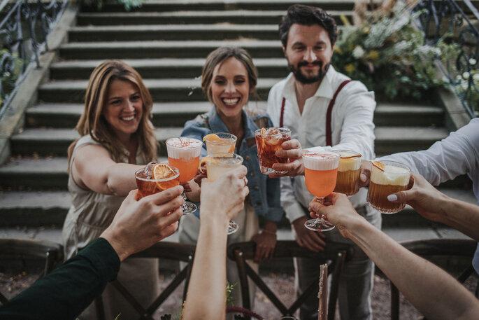 Anstoßen Trinkspruch Hochzeit Brautpaar mit Gästen