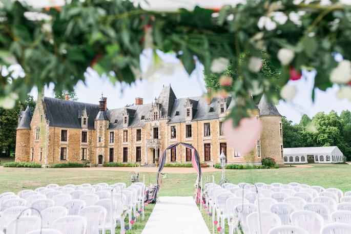 Une cérémonie laïque organisée devant le Château de Chéronne et sa façade Renaissance