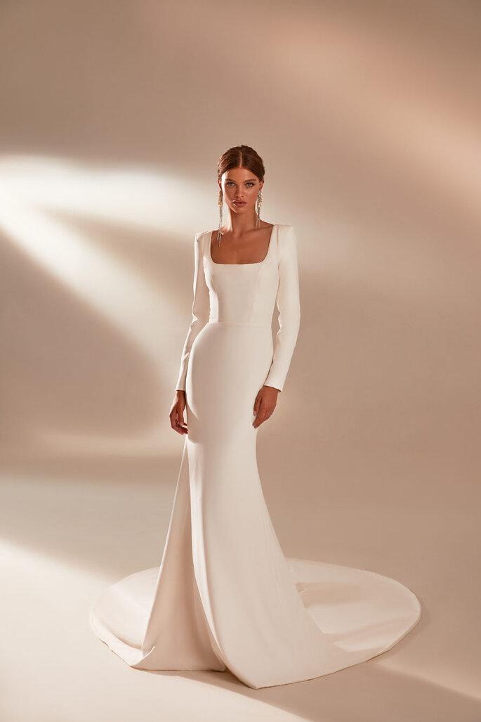 Vestido de novia sencillo ajustado con escote cuadrado y mangas largas
