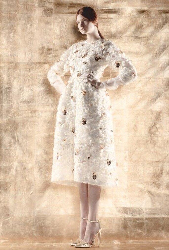 Vestido de novia con mangas largas y motifs florales en relieve - Foto Del Pozo