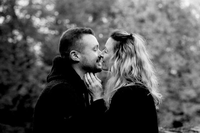 Photo en noir et blanc d'un couple, sourire aux lèvres, qui dégage une belle complicité.