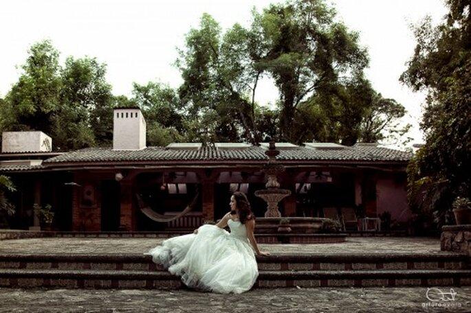 "Novia posando para sesion ""trash the dress"" cerca de una fuente - Foto Arturo Ayala"