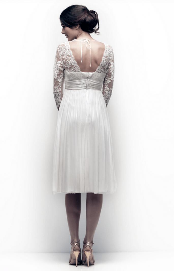 Vestido de novia para boda civil con ligera abertura en la espalda y plisados en la cintura - Foto Catherine Deane