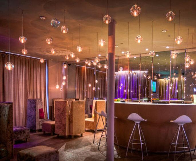 Fauteuils en velours et bulles pailletées : le bar est top tendance !