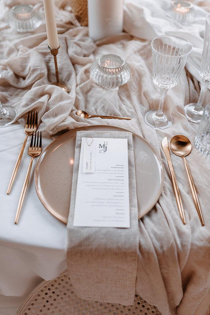 Teller mit Hochzeitsmenü beige
