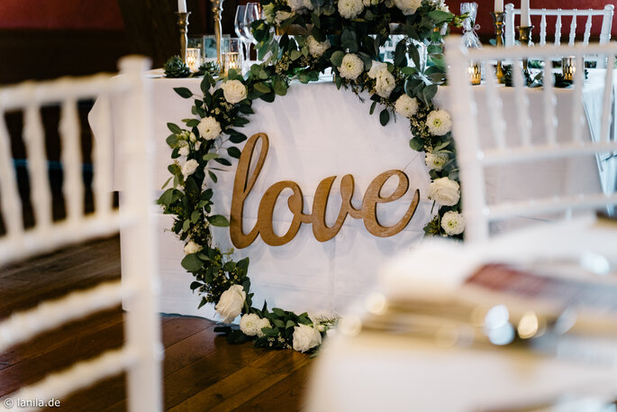 """""""love"""" Hoop am Tisch des Brautpaares"""