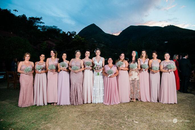 Time de madrinhas com vestidos em tons de rosa