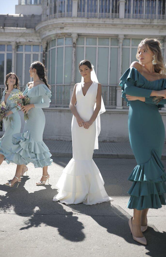 Vestido de novia con corte de sirena cuello en V, sin mangas y cola corta de olanes de tul