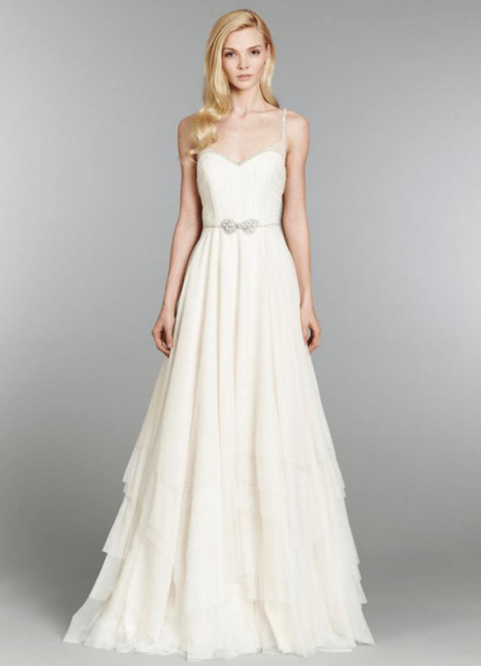 Vestido de novia con silueta pesada, tirantes discretos y detalle de lazo de pedrería en la cintura - Foto Hailey Paige en JLM Couture