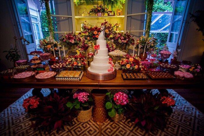 Buffet farto e completo com menu desenvolvido a gosto dos noivos