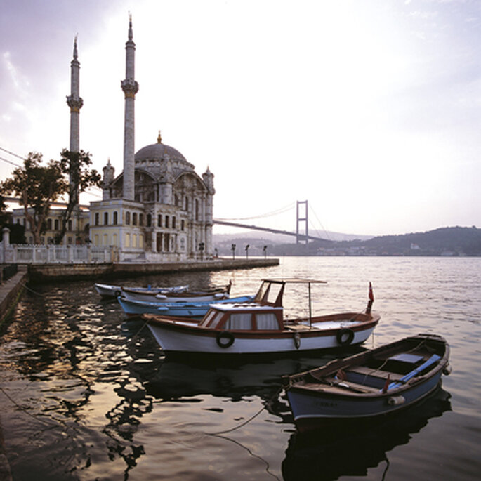 Mezquita otomana de Ortaköy a las orillas del Bósforo