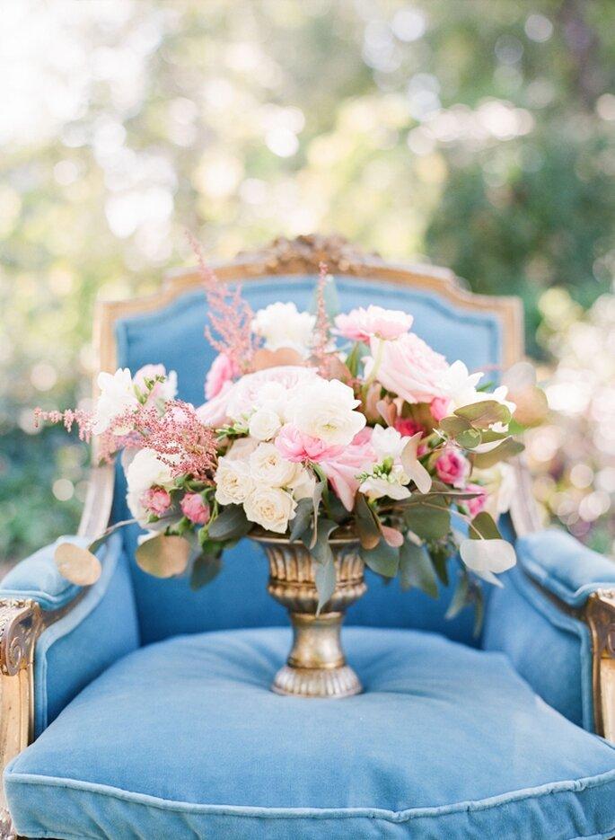 El mobiliario en color azul puede ser el acento perfecto en tu boda - Foto Michelle Boyd