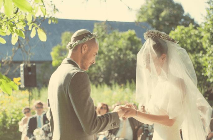 Utiliza una corona de flores para tu boda. Fotografia NANCY EBERT