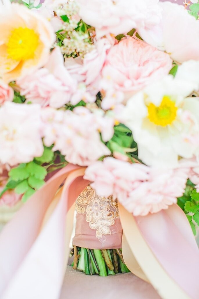 Lleva la mejor expresión del color rosa a tu ramo de novia - Foto Avec L'Amour Photography