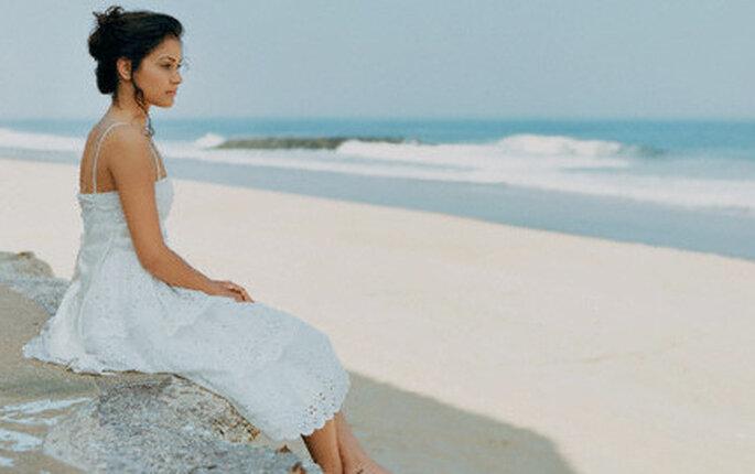 Una boda en la playa es una buena ocasión para usar el blanco