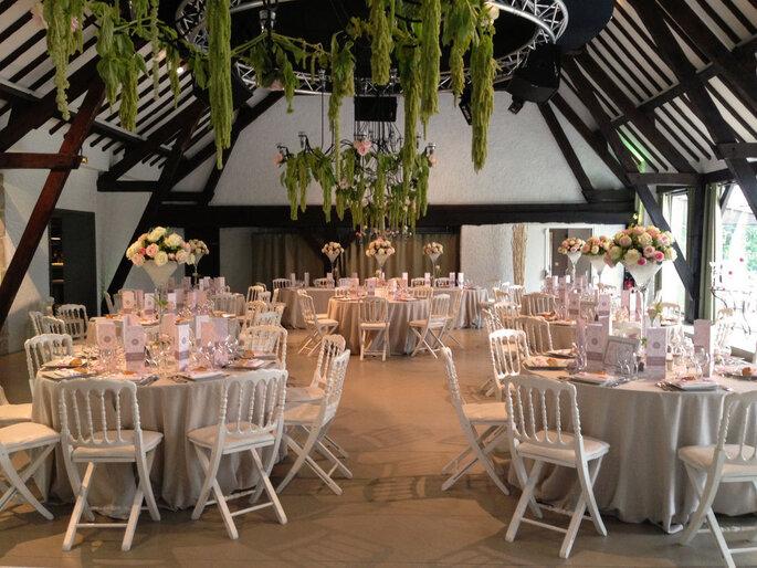 Une salle de réception de mariage aux poutres apparentes