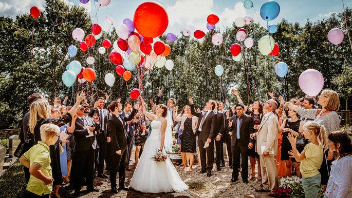 Hochzeitsgesellschaft lässt Luftballons steigen