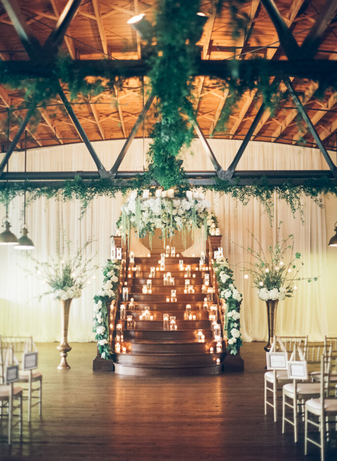 Decoración romántica del altar con flores y velas
