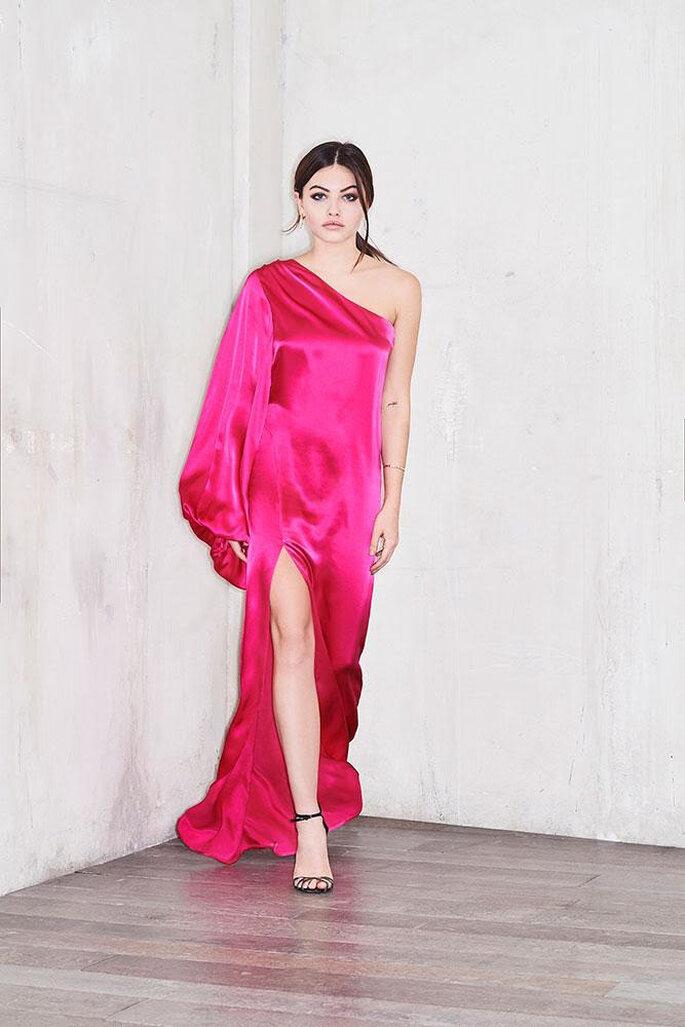 Une robe de soirée en velours rose avec une manche salon et une fente - une création glamour, sensuelle et féminine