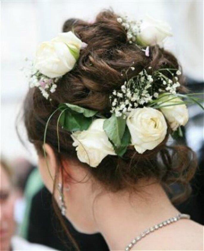 Una riproduzione del bouquet nuziale tra i capelli. Foto www.matrimonio.pourfemme.it