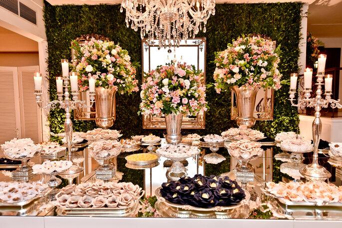 mesa de doces servidos em prataria
